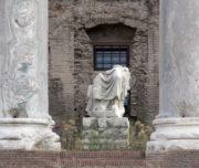 IL TEMPIO DI ANTONINO E FAUSTINA - statua